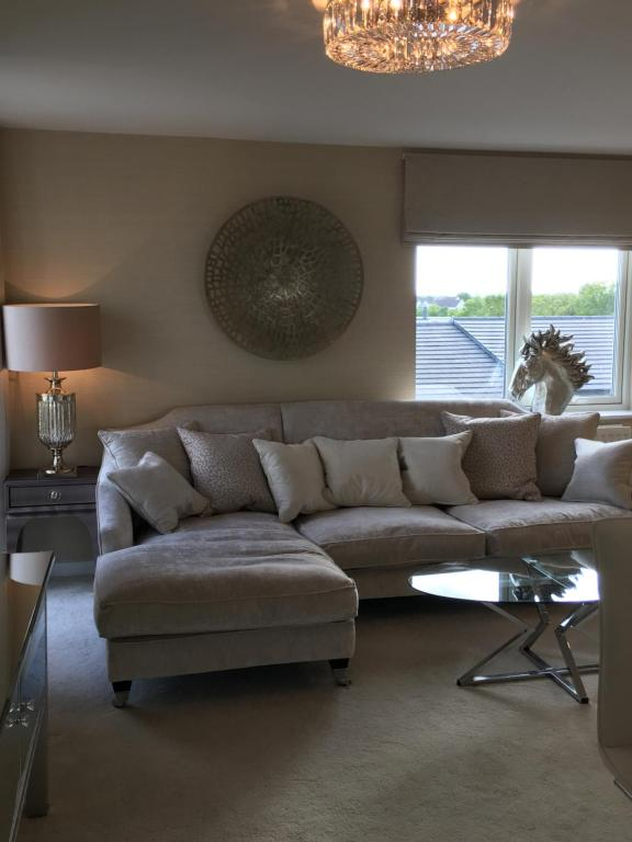 A seating area at Cardiff Premier Apartments