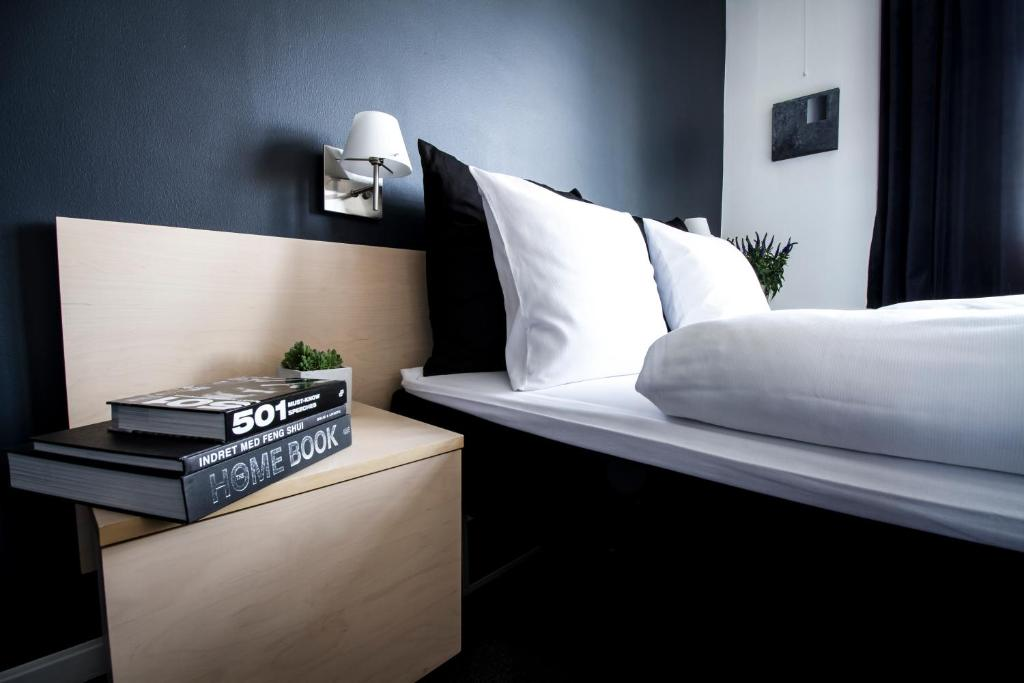 A bed or beds in a room at Teaterhotellet