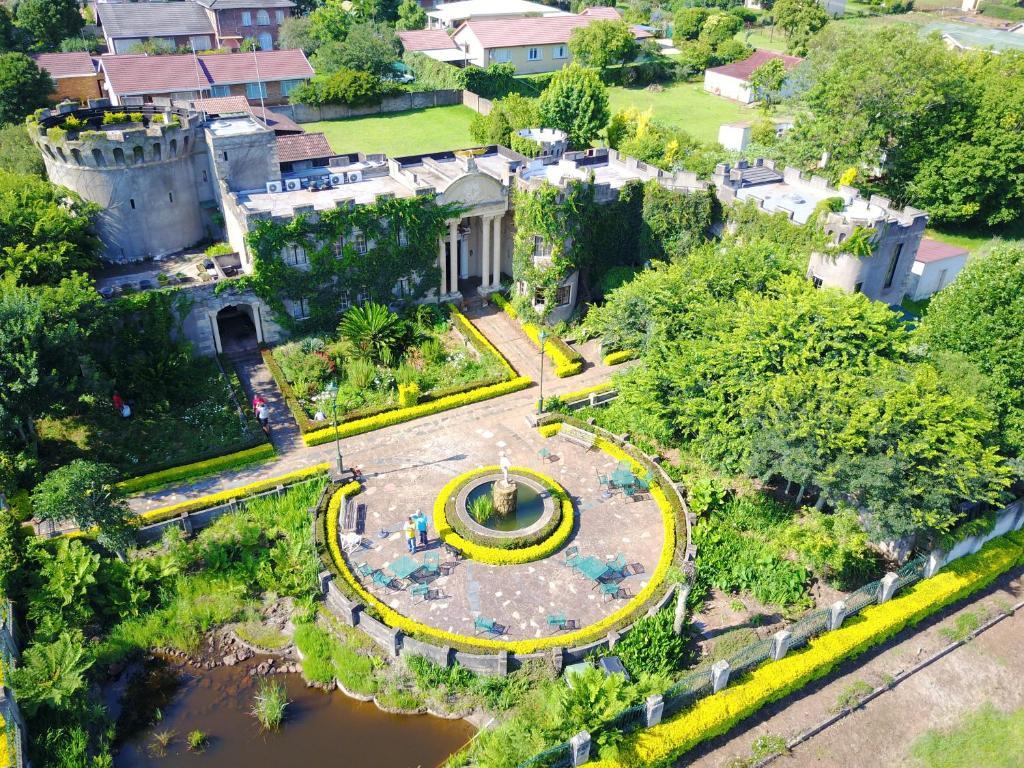 Uma vista aérea de Flycatcher Castle