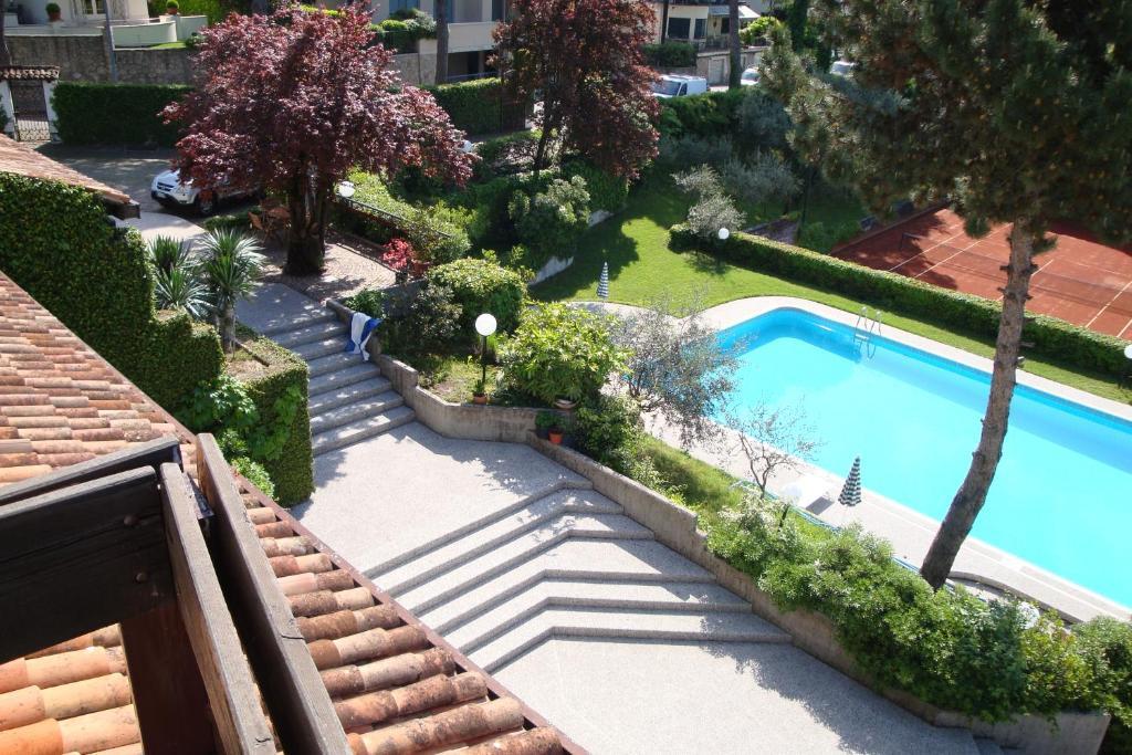 Vista sulla piscina di Sporting Hotel Ragno D'oro o su una piscina nei dintorni