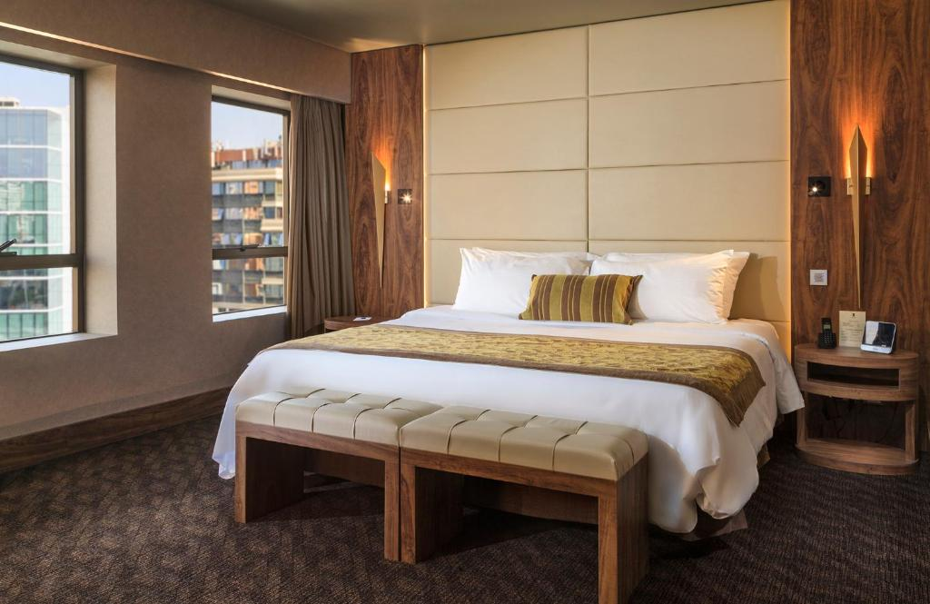 A bed or beds in a room at Hotel Regal Pacific Santiago