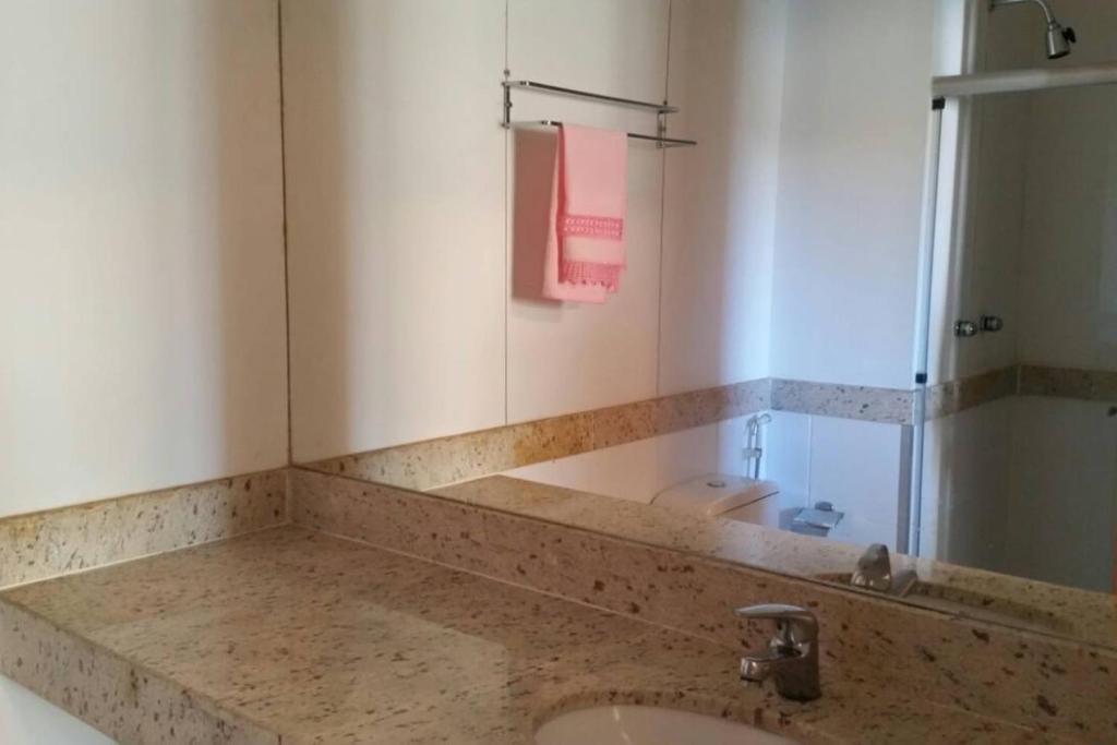 A bathroom at Maravilhoso Apart-hotel.