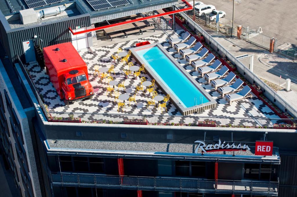 Вид на бассейн в Radisson RED Hotel V&A Waterfront Cape Town или окрестностях