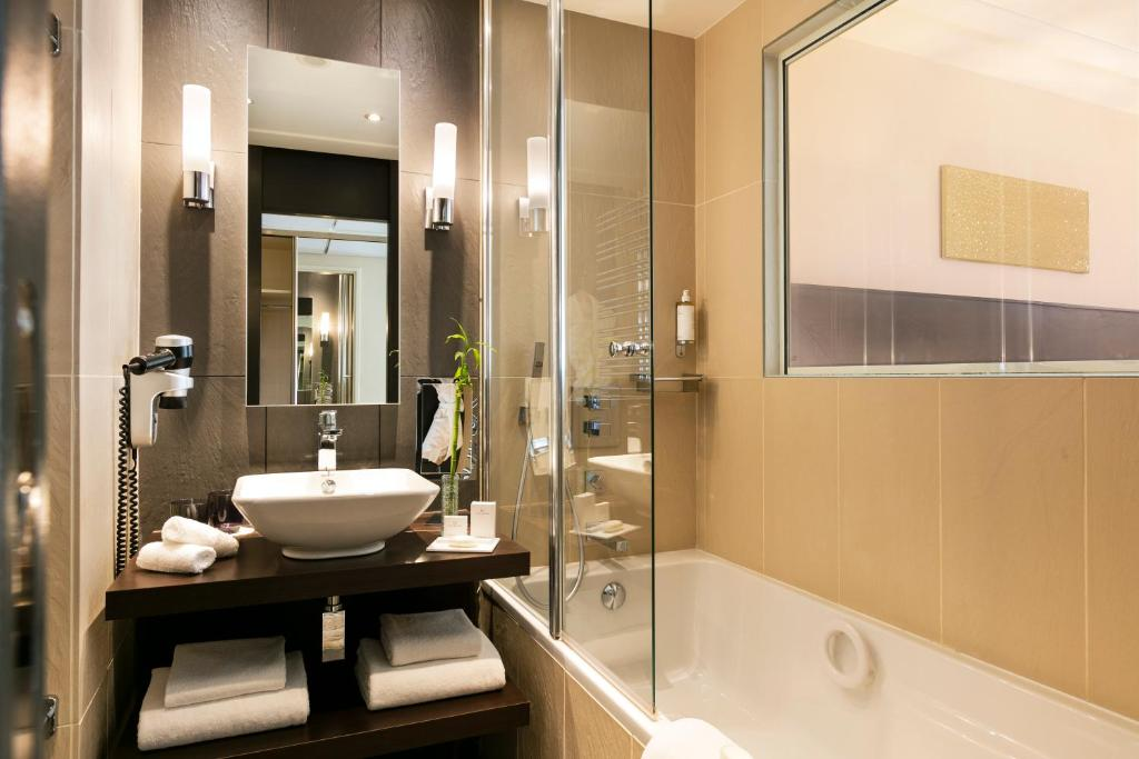 حمام في فندق باريير لو غري دي ألبيون