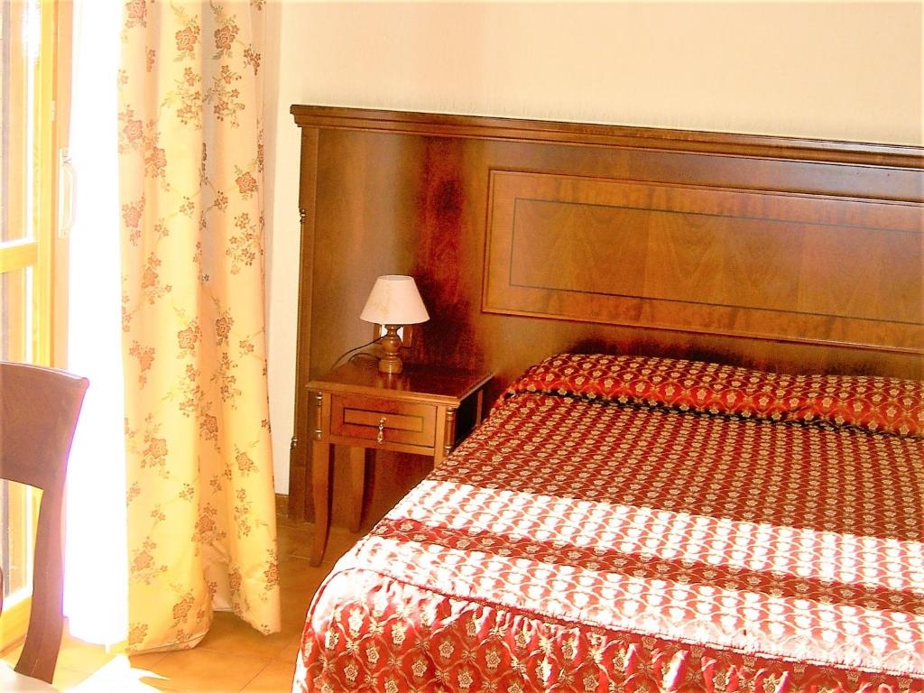A bed or beds in a room at Hotel Cinecittà