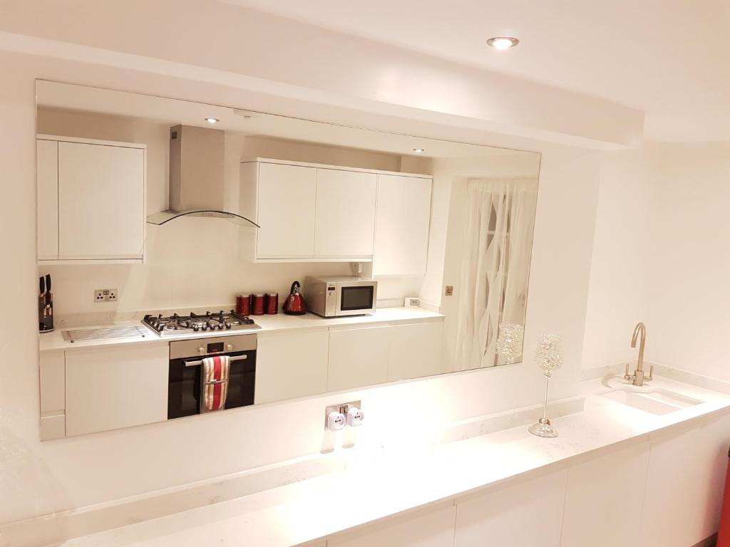 A kitchen or kitchenette at iStay247 Apartments-Stoke Newington