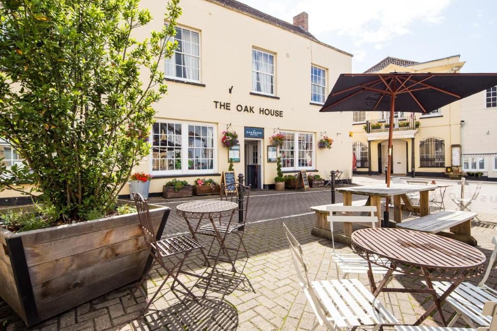 A restaurant or other place to eat at The Oak House Hotel