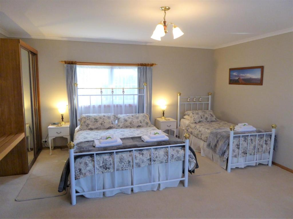 A bed or beds in a room at Tamar River Retreat