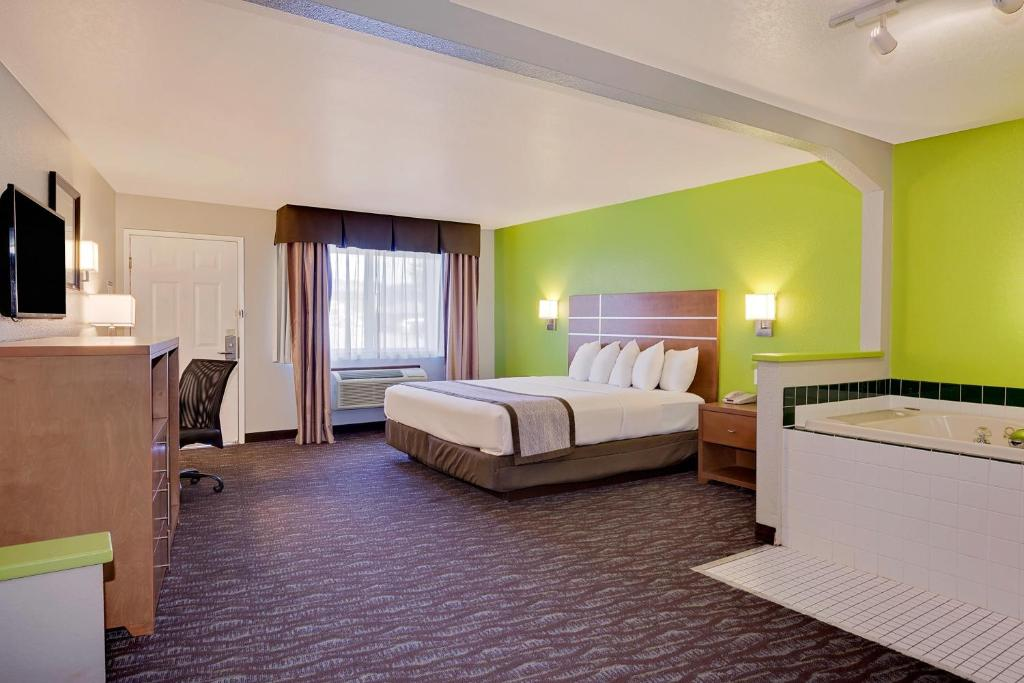 A room at the Days Inn & Suites by Wyndham Arcata.