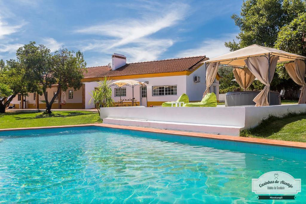 The swimming pool at or close to Quinta da Saudade