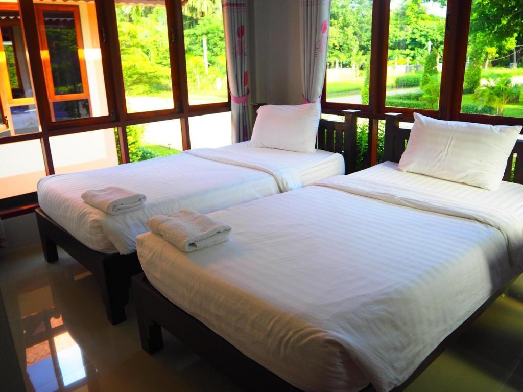 เตียงในห้องที่ Bansuansiriwat