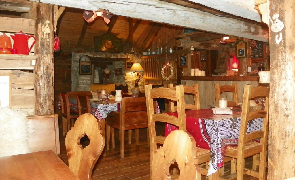 A restaurant or other place to eat at Gite Du Bois De L'ours