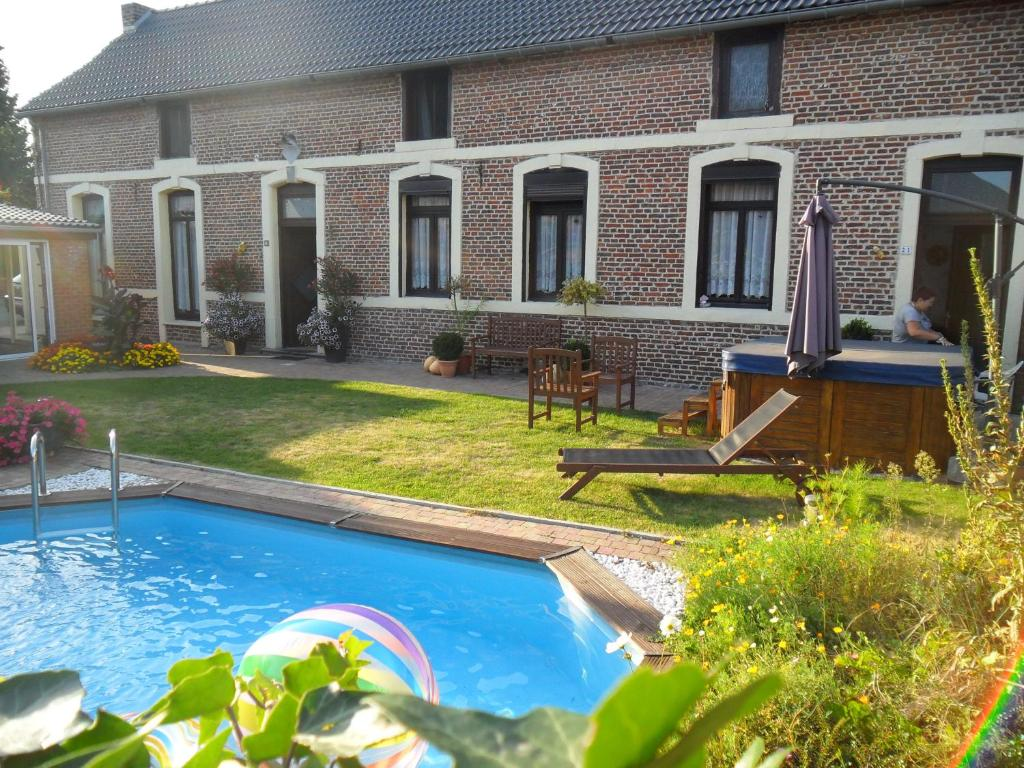 The swimming pool at or close to B&B A l'Essentiel