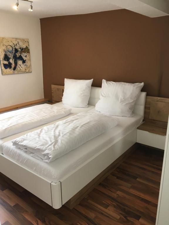 """A bed or beds in a room at Ferienwohnung """"Zur Ottoburg"""" in Schlitz"""