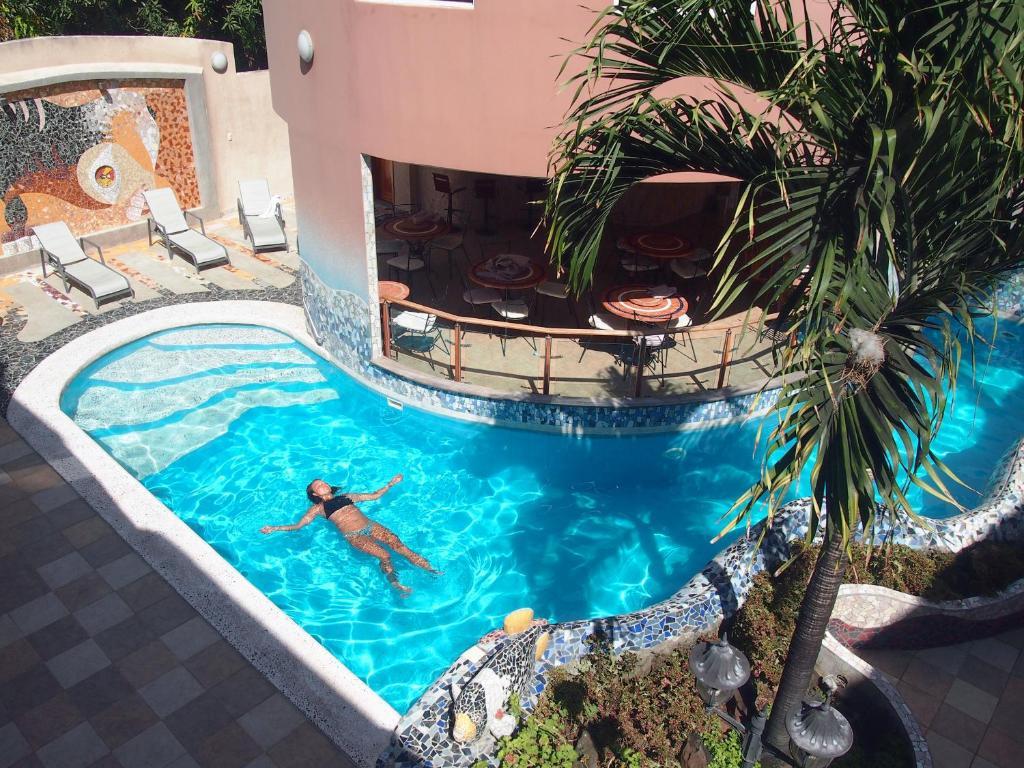 Der Swimmingpool an oder in der Nähe von Eco Hotel Katarma