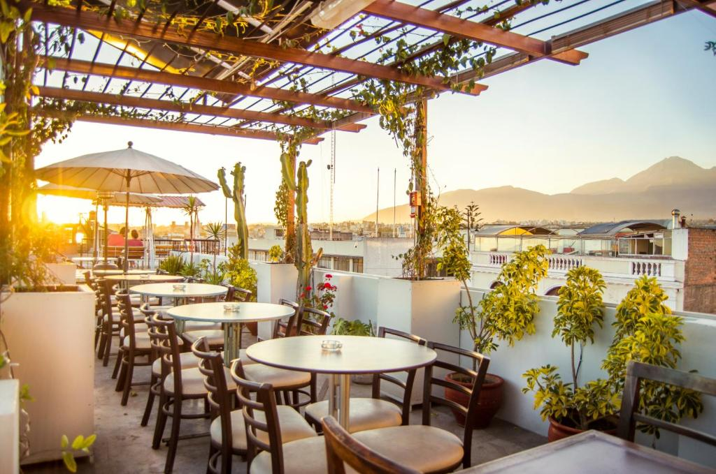 A restaurant or other place to eat at Le Foyer Arequipa