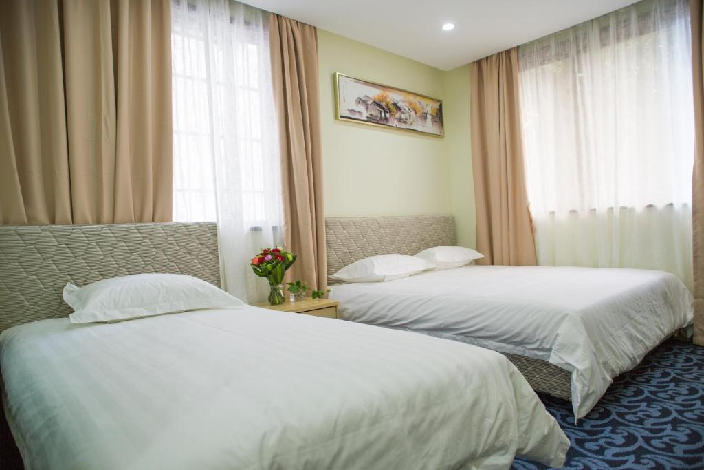 A bed or beds in a room at Memory Travel Hotel(Edge West Lake)