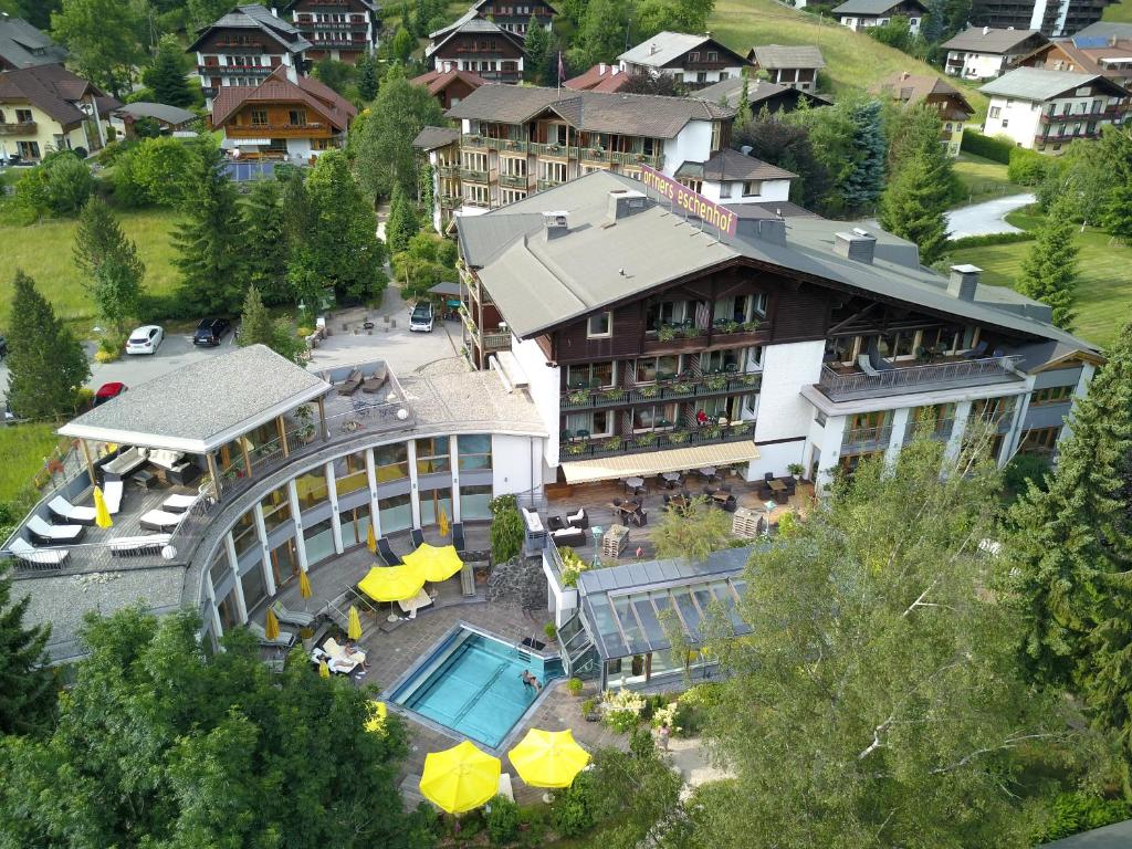 Blick auf Ortners Eschenhof - Alpine Slowness aus der Vogelperspektive