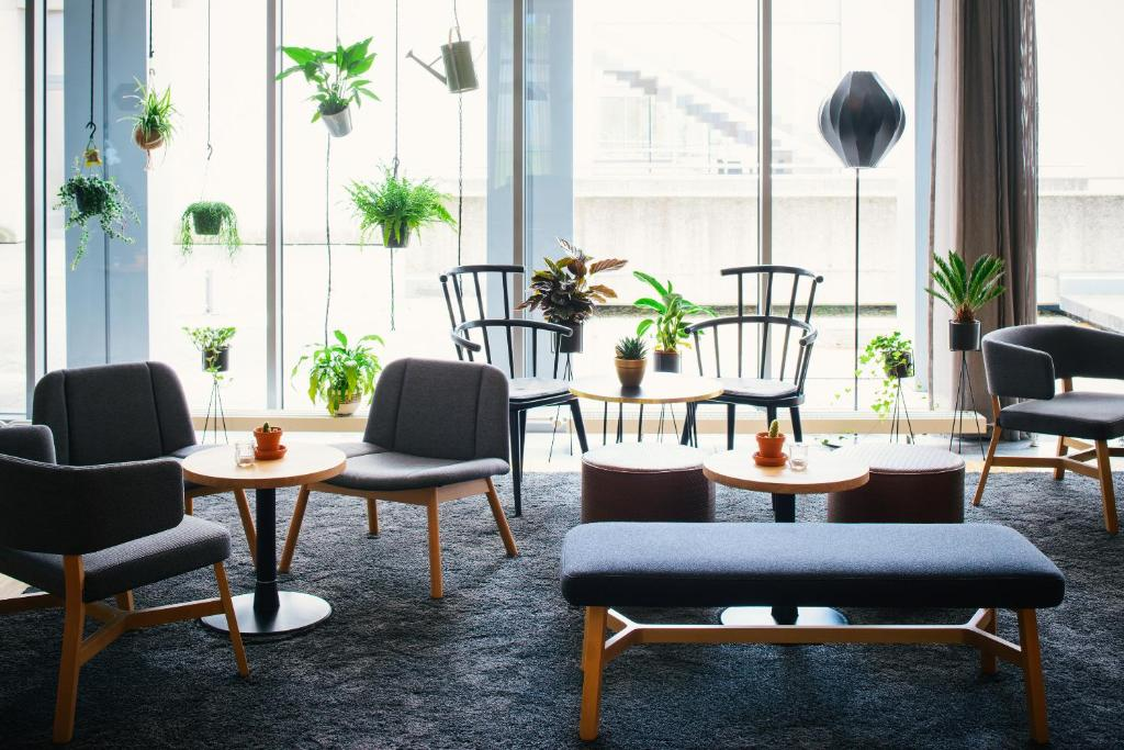 A seating area at Vienna House Easy Trier