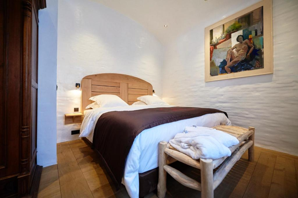 A bed or beds in a room at Hotel Colvenier