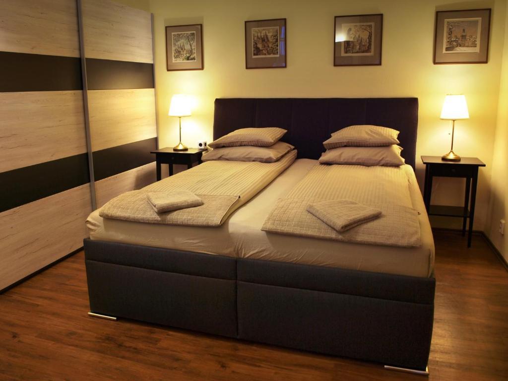 Een bed of bedden in een kamer bij Apartments U Labuti