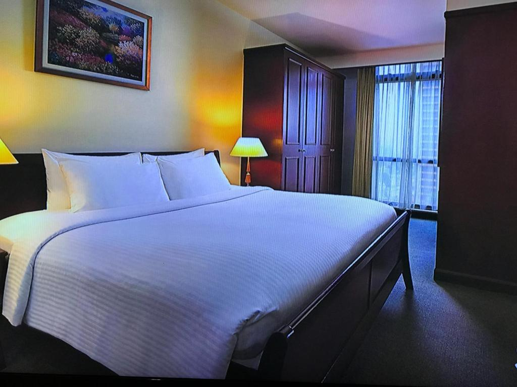 A bed or beds in a room at Luxy Service Suites At Times Square