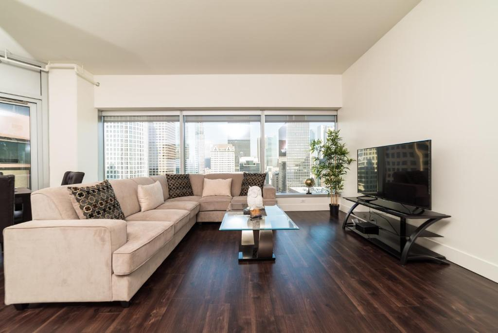 Luxurious Highrise 2b Apartment, Laminate Flooring Downtown Los Angeles