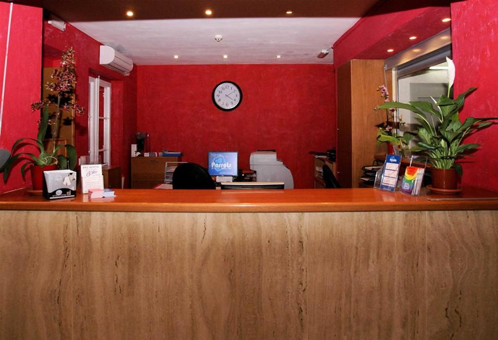The lobby or reception area at Parrots Sitges Hotel