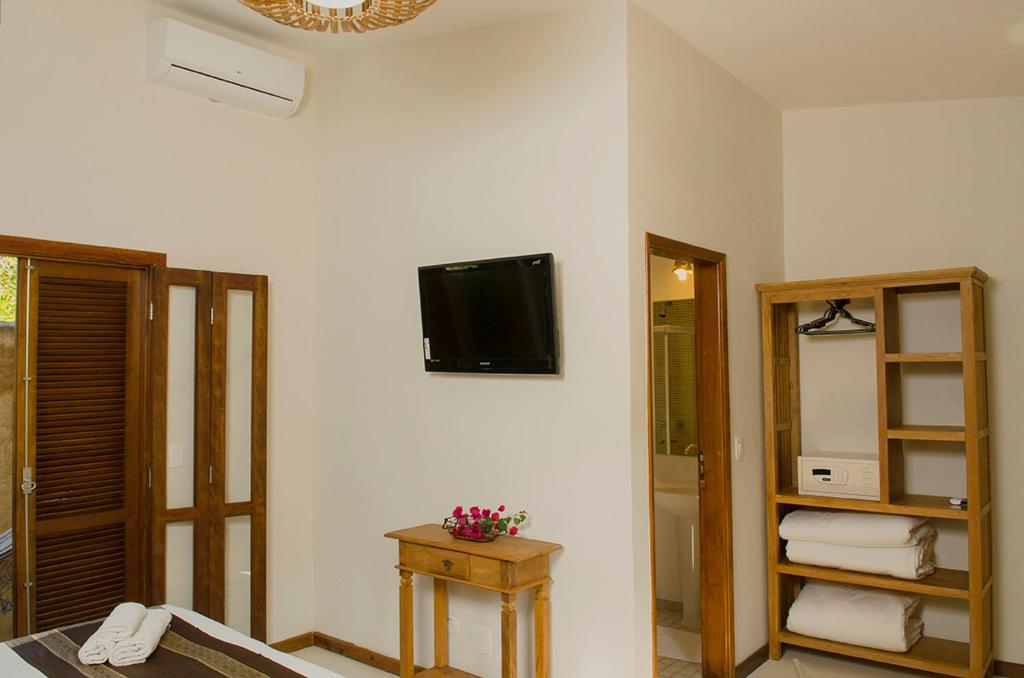 Uma TV ou centro de entretenimento em Pousada Tupinamba