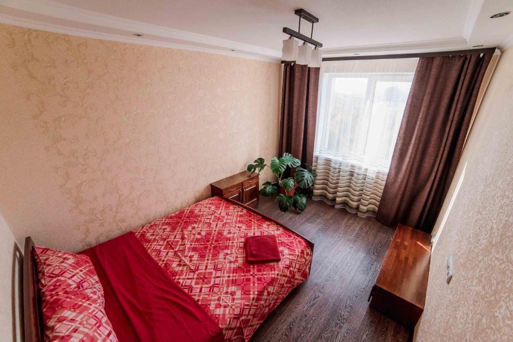 Кровать или кровати в номере Комплекс апартаментов «Крылья»