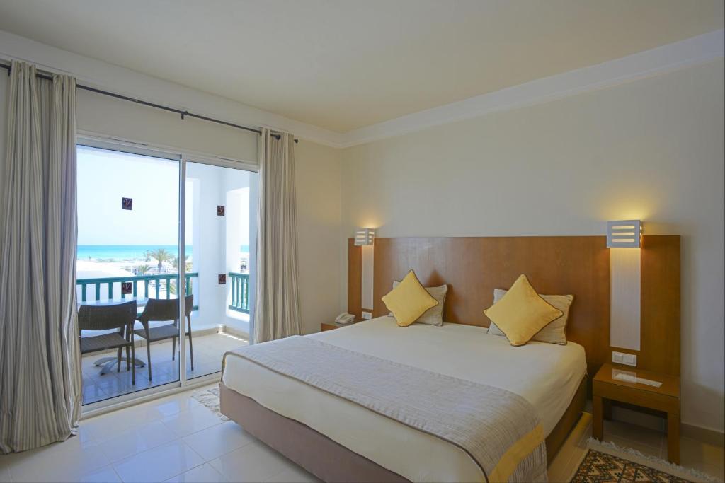 Een bed of bedden in een kamer bij Vincci Helios Beach