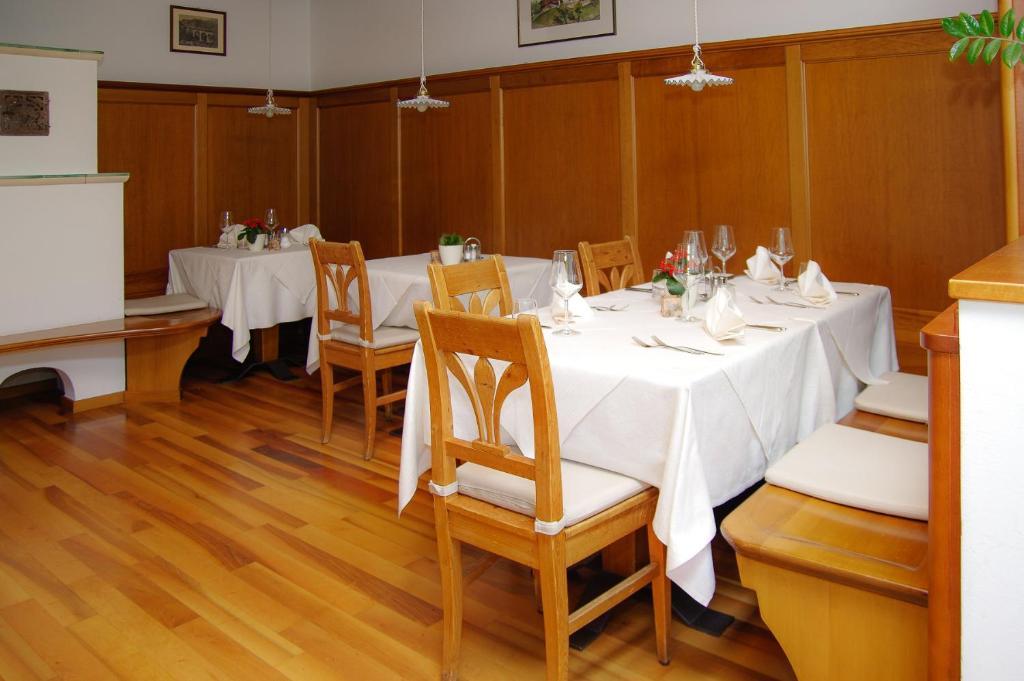Ein Restaurant oder anderes Speiselokal in der Unterkunft Berggasthof Locanda Alpina Dorfner