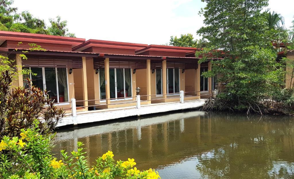 สระว่ายน้ำที่อยู่ใกล้ ๆ หรือใน Best House Resort