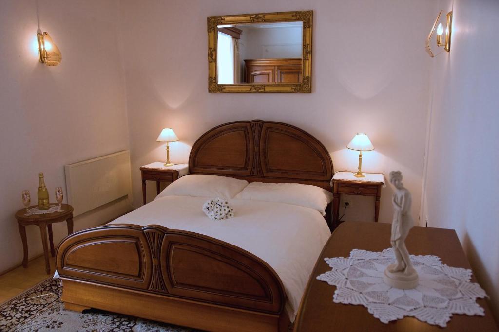 Postel nebo postele na pokoji v ubytování Zámek Poruba