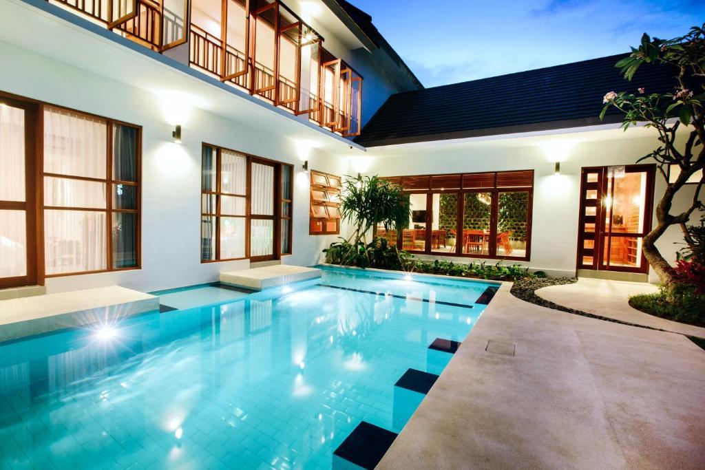 Der Swimmingpool an oder in der Nähe von Pudak Sari Unizou Hostel