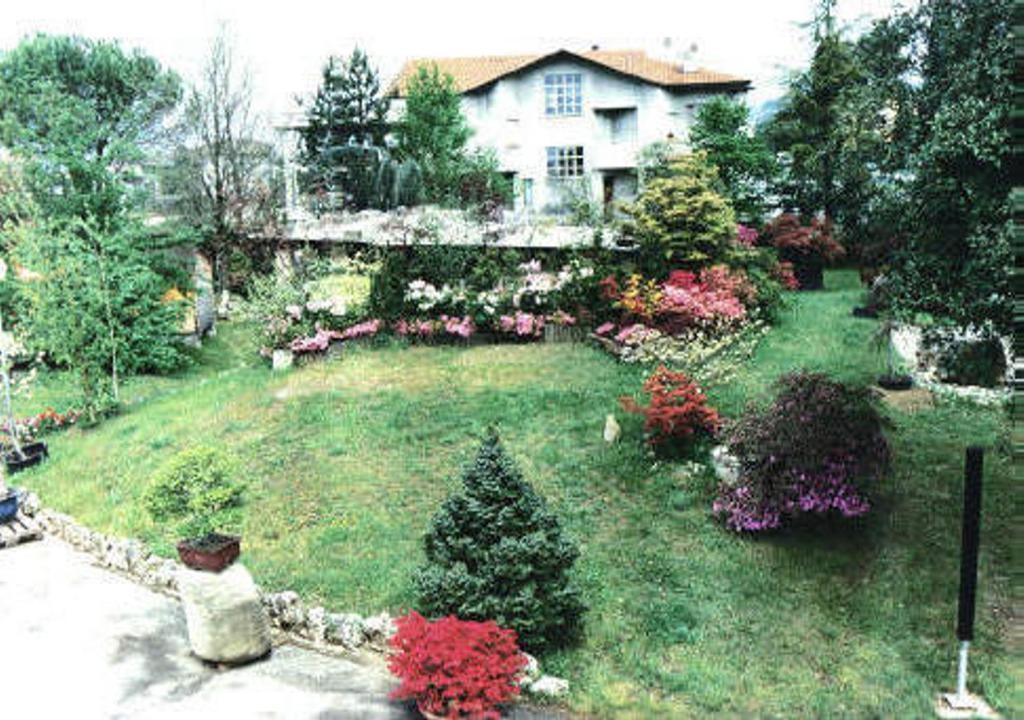 A garden outside B&B I Fiori