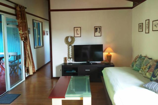 Uma TV ou centro de entretenimento em Otemanu Ninamu Fare