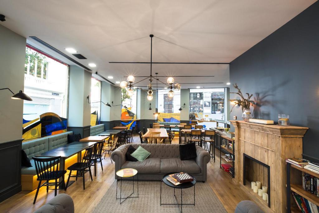 Un restaurante o sitio para comer en Petit Palace Triball