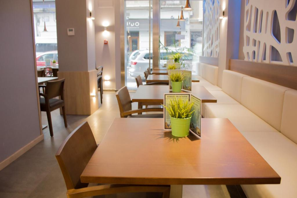A restaurant or other place to eat at Hotel Gran Via