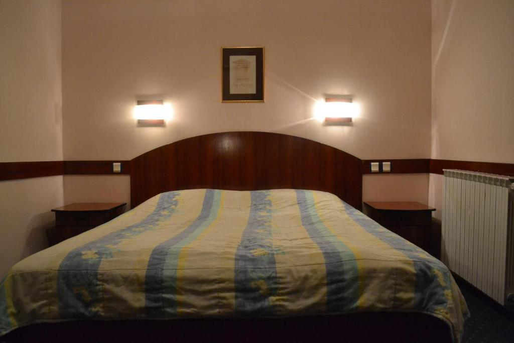 A bed or beds in a room at Hotel Mimoza