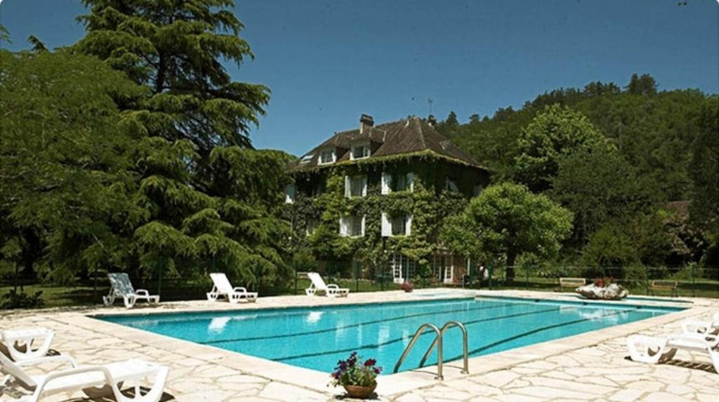 The swimming pool at or near Chambres d'Hôtes Le Menestrel