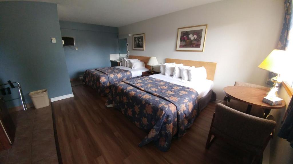 Кровать или кровати в номере Northlander Motel
