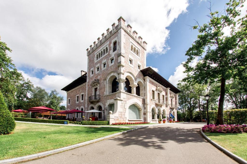 Castillo Del Bosque La Zoreda