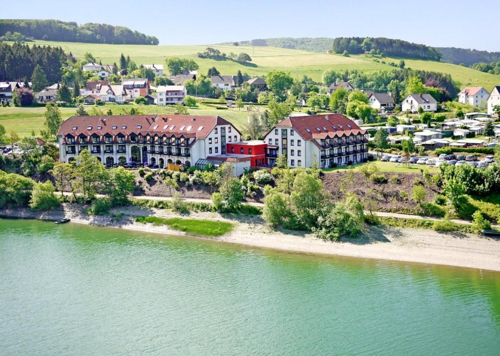 Blick auf Göbel's Seehotel Diemelsee aus der Vogelperspektive