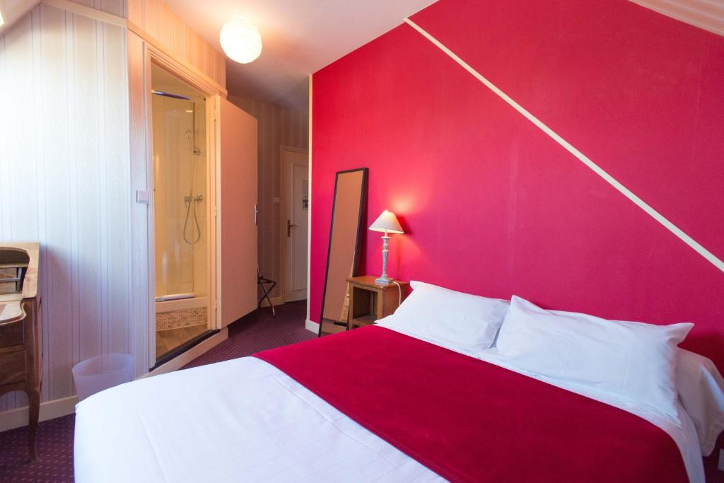 A bed or beds in a room at Hôtel Rabelais