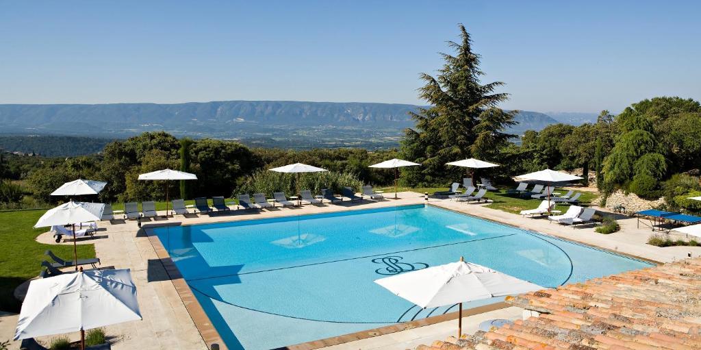 Vue sur la piscine de l'établissement Hotel Les Bories & Spa ou sur une piscine à proximité