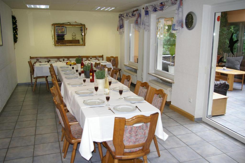 Ein Restaurant oder anderes Speiselokal in der Unterkunft Ferienhaus Waldrand
