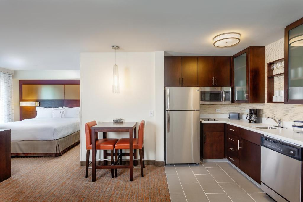 A room with a kitchen at the Residence Inn by Marriott Austin Lake Austin/River Place.