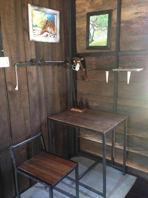 Ein Badezimmer in der Unterkunft The Shadow House & Bar