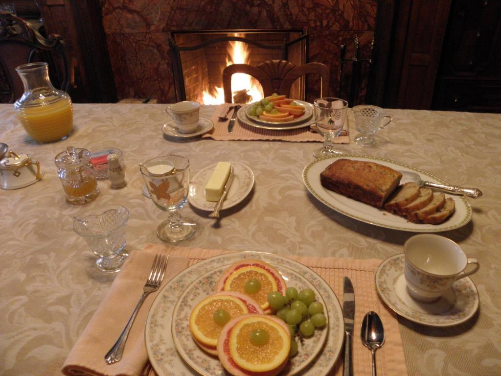 A restaurant or other place to eat at Lehmann House Bed & Breakfast